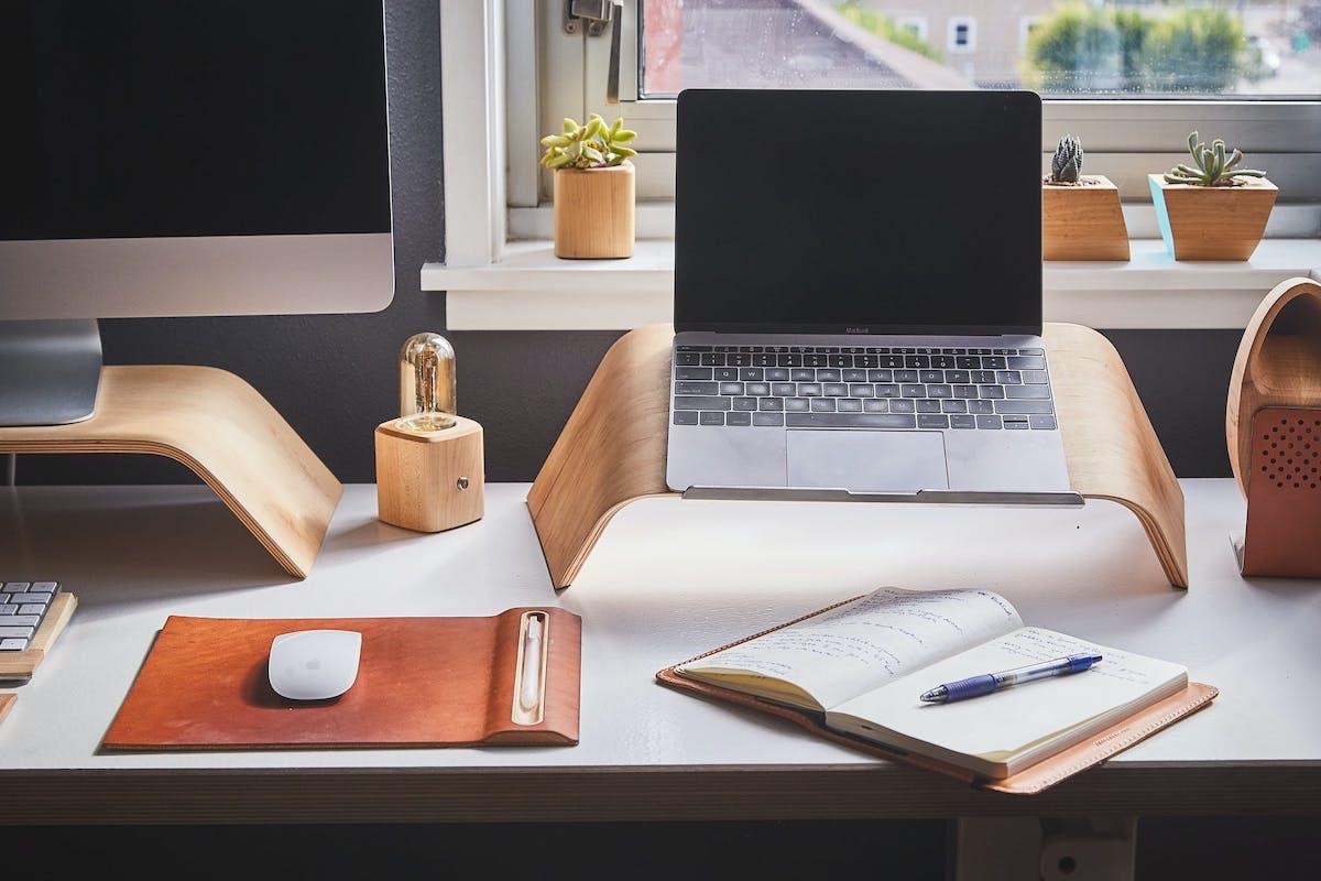 Thuiswerkplek met laptop en computer.