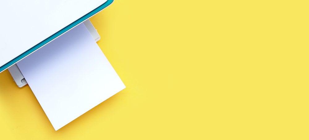 Beste printer met papier en gele achtergrond